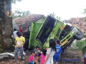 Mobil Pengangkut Batubara Hancurkan Rumah Warga Banjar Masin