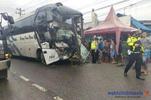 Lakalantas, Bus Batang Pane Vs Truk Box, Supir Bus Dilarikan ke RS