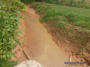 Warga Keluhkan Limbah Diduga Asal PT MAA Cemari Sungai, Security Halangi Wartawan