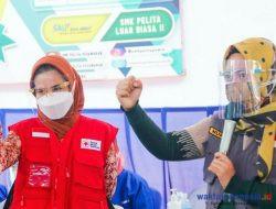 Wagub Nunik Tinjau Langsung Vaksinasi Pelajar Di SMK Pelita Pesawaran