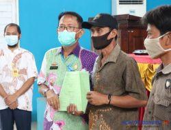 Audiensi dengan Warga 3 Kecamatan, Bupati Agus Bagikan SHAT untuk UKM